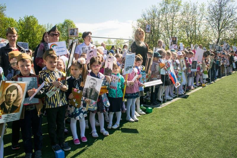 Rusland Moskou, 07 Mei, 18: Speciale kleuterschooloptocht van het Onsterfelijke regiment, de militaire propaganda van de staat vo stock fotografie