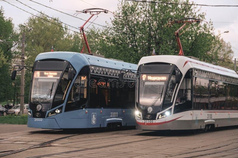 Rusland, Moskou, Mei 2019 Tramverkeer De mening van de close-up stock fotografie