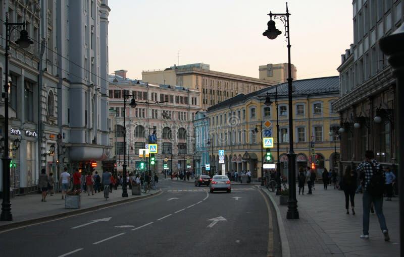 Rusland, Moskou: Myasnitskayastraat in de avond stock foto's