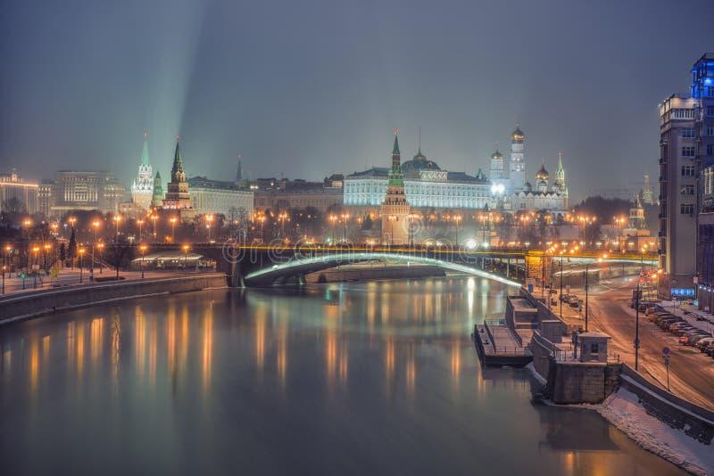 Rusland, Moskou, nachtmening van de Moskva-Rivier, Brug en het Kremlin royalty-vrije stock foto's