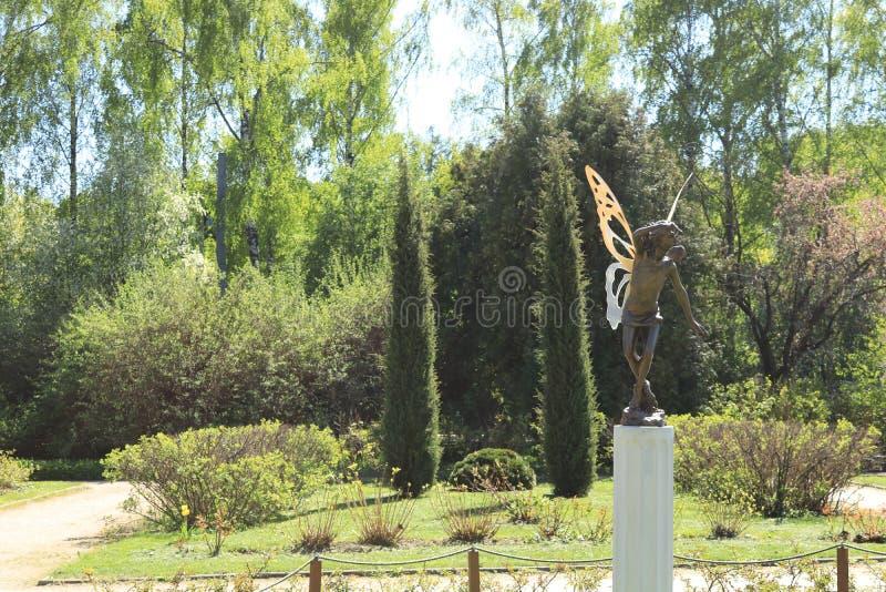Rusland, Moskou, park, de zomerfoto van een beeldhouwwerk van de faetuin stock afbeelding