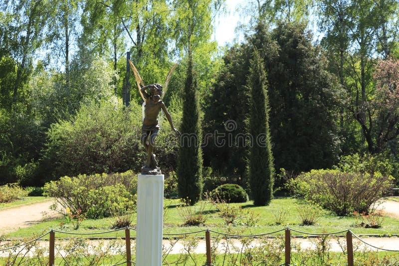 Rusland, Moskou, park, de zomerfoto van een beeldhouwwerk van de faetuin royalty-vrije stock afbeelding