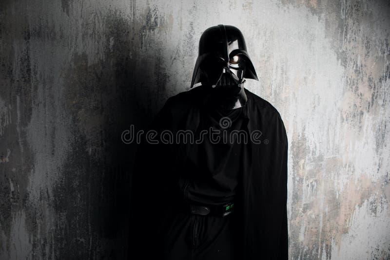 Rusland, Nizhni Novgorod - 4 Februari, 2019: mens in een kostuum van Darth Vader Star Wars Helm van het kostuumreplica van Darth  stock afbeelding