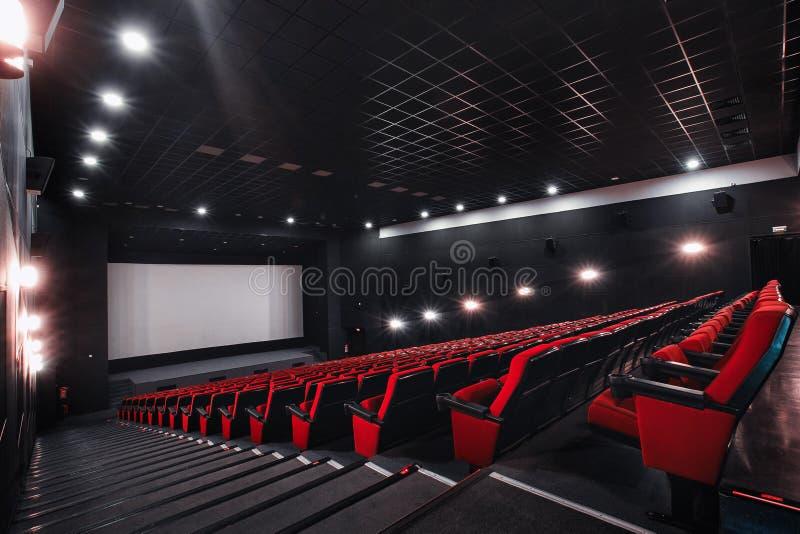 Rusland, Nizhny Novgorod - kan 23, 2014: Mir Cinema De lege rode zetels van de bioskoopzaal, comfortabele en zachte stoelen royalty-vrije stock fotografie