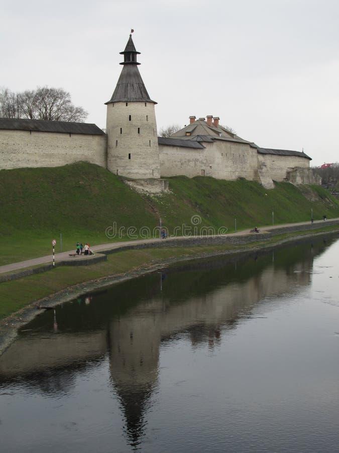Rusland Pskov Vestingsmuur en toren van Pskov het Kremlin, een mening van de brug stock fotografie
