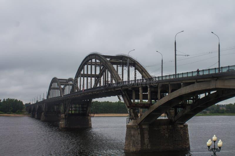 Rusland, Rybinsk, 27, Juni, 2015: De Brug van Rybinsk over de Volga Rivier royalty-vrije stock foto's