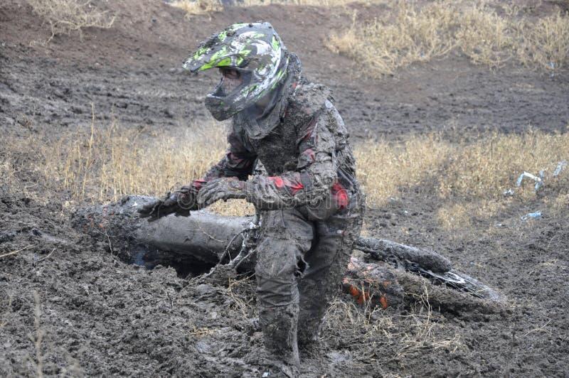 Rusland, Samara neerstorting van de motocross de niet geïdentificeerde ruiter stock foto's