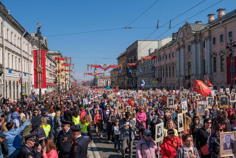 Rusland, St Petersbur, 9 Mei 2019 Nationaal actie Onsterfelijk regiment op Nevsky Prospekt Petersburg Stadsvakantie gewijd aan royalty-vrije stock afbeelding