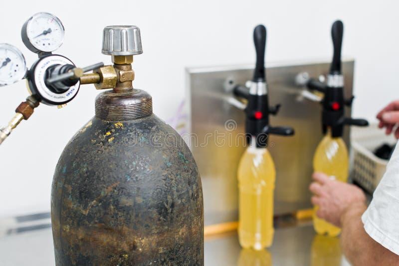 30 03 2019 Rusland, St. Petersburg - Bottelende fabriek - Bier bottellijn voor verwerking en bottelend bier in flessen royalty-vrije stock afbeelding