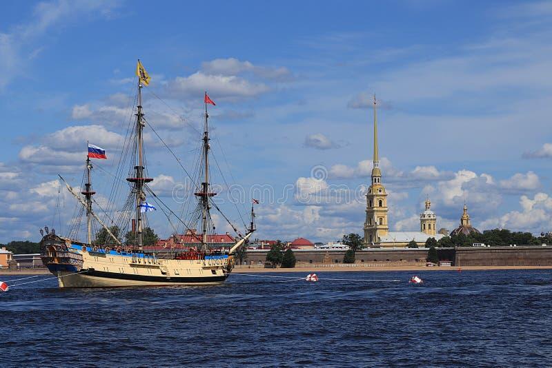 Rusland, St. Petersburg, Juli 21, 2019, Fregat Poltava in de wateren die van Neva en Peter en Paul Fortress, voorbereidingen tref royalty-vrije stock afbeeldingen