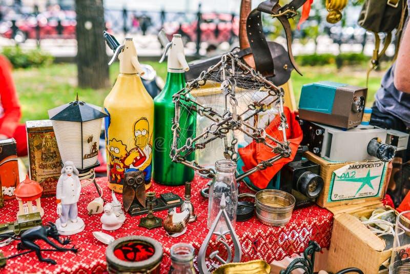 Rusland, stad Moskou - September 6, 2014: Het ruilmiddel komt samen Verkoop van oude dingen in de straatmarkt Antieke tentoongest royalty-vrije stock afbeeldingen