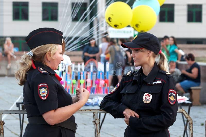 Rusland, stad van Magnitogorsk, - 12 Augustus, 2016 De meisjes zijn Russische politie tijdens straatpatrouilles Russische politie stock afbeelding