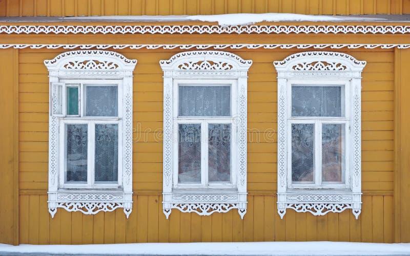 Rusland Suzdal Drie vensters met gesneden houten stock foto