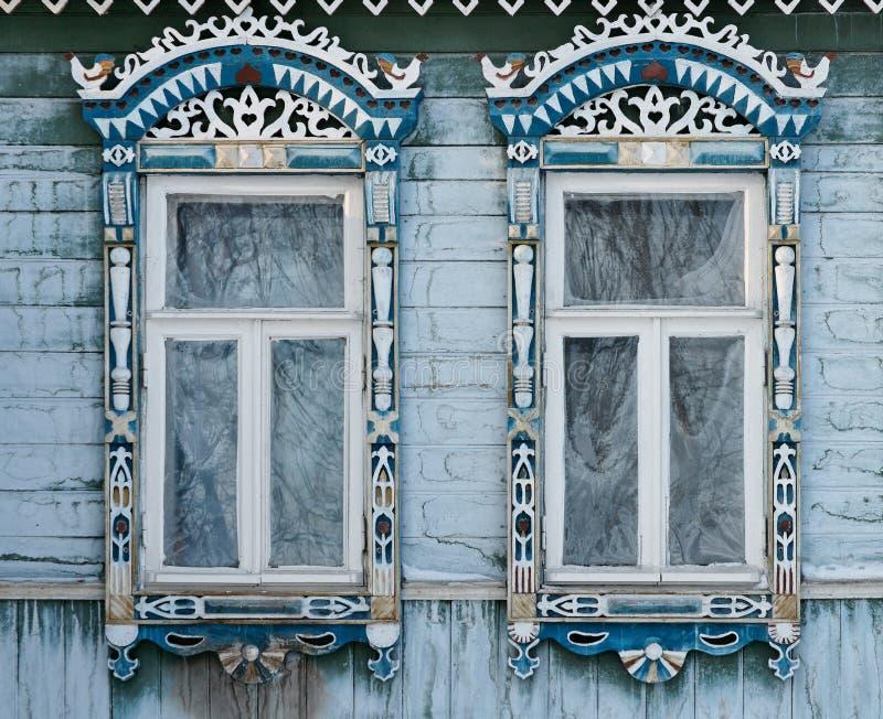 Rusland Suzdal Twee vensters met gesneden houten stock afbeeldingen