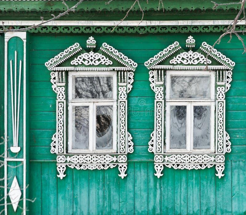 Rusland Suzdal Twee vensters met gesneden houten stock fotografie
