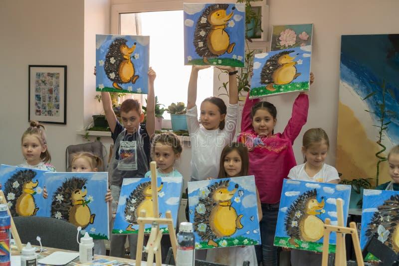 Rusland, Tatarstan, 21 April, 2019 De kinderen tonen de beelden aan die zij hebben geschilderd Binnenland van de kunstacademie vo stock afbeelding