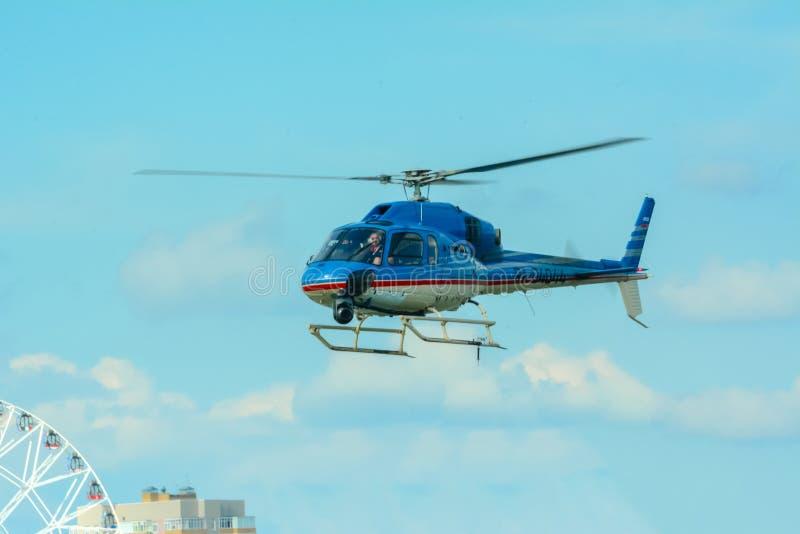 Rusland, Tatarstan, 15 Juli, 2017 Blauwe helikopter die over gebouwen hangen De proefcontroles blauwe helikopter stock afbeelding