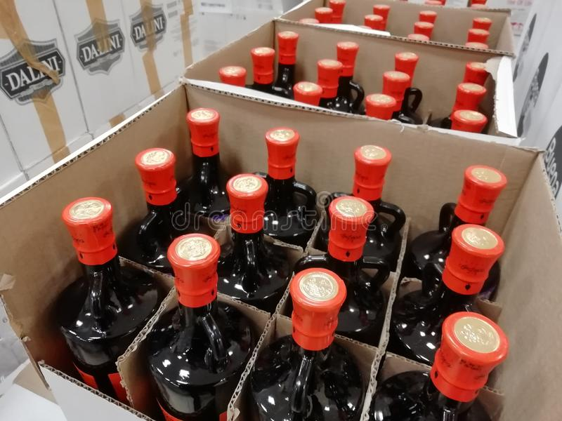 RUSLAND, URAL - DECEMBER 2018, Glasflessen, verscheidene flessen in een doos, uitverkoop, closeout, uitverkoop, weggevertje royalty-vrije stock afbeelding