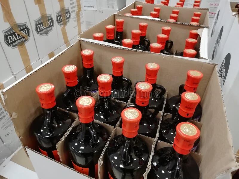 RUSLAND, URAL - DECEMBER 2018, Glasflessen, verscheidene flessen in een doos, uitverkoop, closeout, uitverkoop, weggevertje stock fotografie