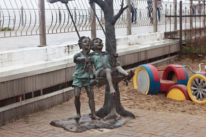 RUSLAND, ZELENOGRADSK - 11 OKTOBER, 2014: Beeldhouwwerk van kinderen die in de Zelenogradsk-promenade spelen royalty-vrije stock fotografie