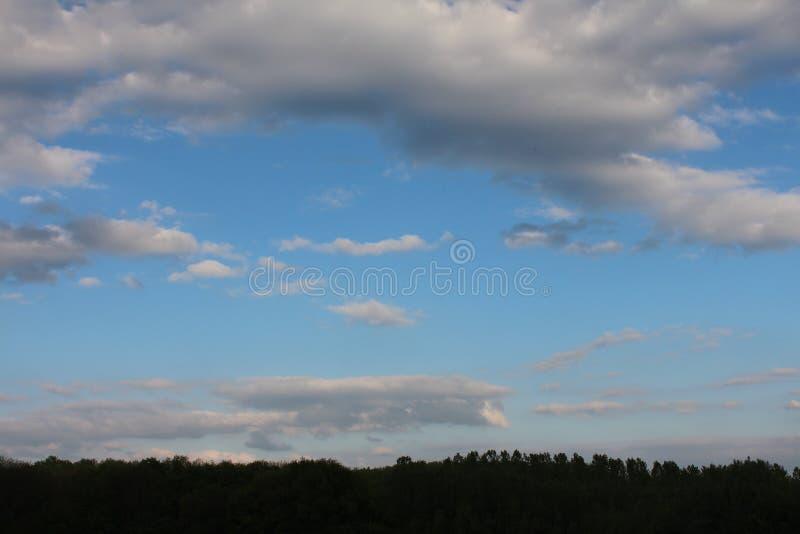 Rusland Zonsondergang Rusland avond van de zonsondergang de blauwe hemel het gelijk maken in Rusland in de winter royalty-vrije stock fotografie