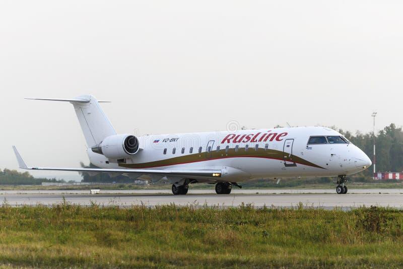 Rusline linii lotniczych bombardiera Canadair regionalności strumień CRJ-200 fotografia stock