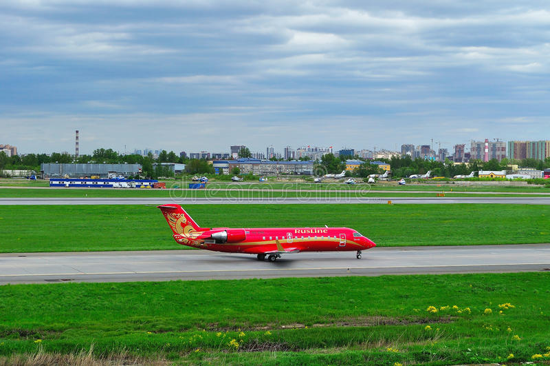 Rusline linii lotniczych bombardiera Canadair regionalności strumienia CRJ-200 samolot w Pulkovo lotnisku międzynarodowym w Peter zdjęcia stock