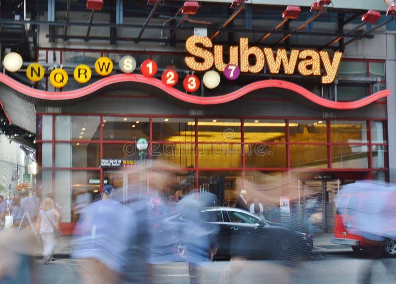 Rusningstid för bilar och för gångare för 42nd för gata för New York City Times Square ingång för gångtunnel suddig arkivfoton