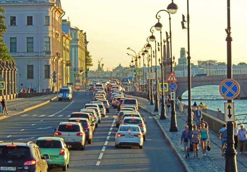 Rusningstid på en bred fyra-gränd gata som kör längs floden i St Petersburg, Ryssland arkivfoto