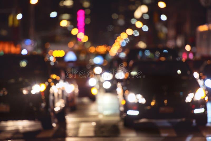 Rusningstidbiltrafik på nattgatan i New York City royaltyfri foto