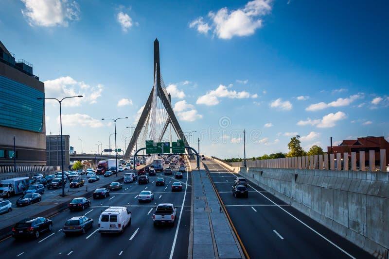 Rusningstidtrafik på den Zakim bron, i Boston, Massachusetts royaltyfri bild