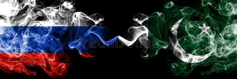 Ruso contra Paquistán, banderas paquistaníes del humo colocadas de lado a lado Banderas sedosas coloreadas gruesas del humo de Ru foto de archivo