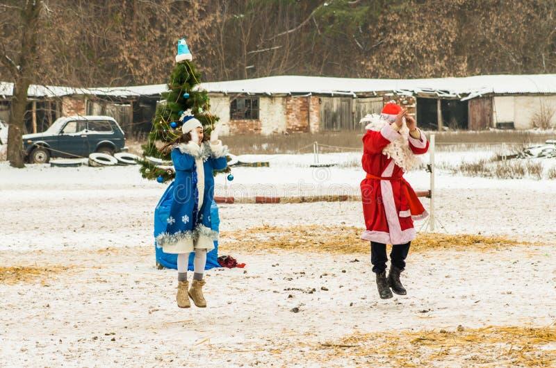 Ruso de baile Papá Noel en club del caballo de Allur imagen de archivo