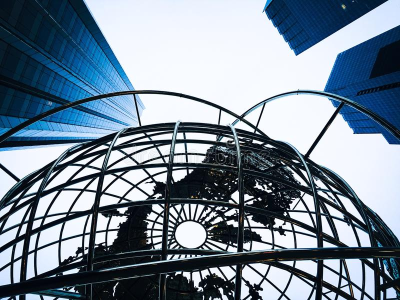 Ruspe spianatrici del globo e del cielo di New York immagine stock