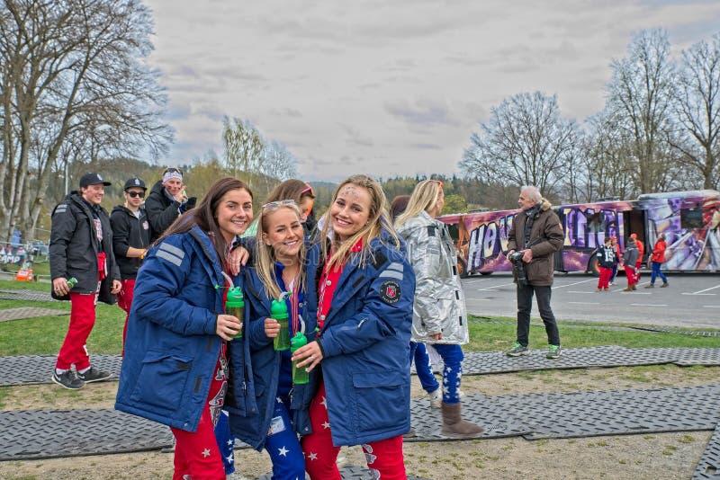 Russ azul e vermelho pronto para o partido no castelo de Fredriksten em Halden Noruega fotografia de stock