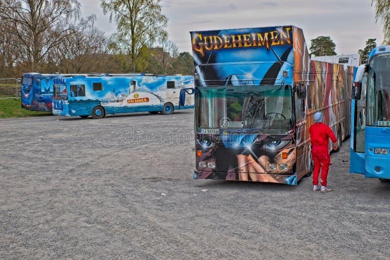 Russ buss eller Russebuss i stad av Halden, Norge Gudeheimen royaltyfria bilder