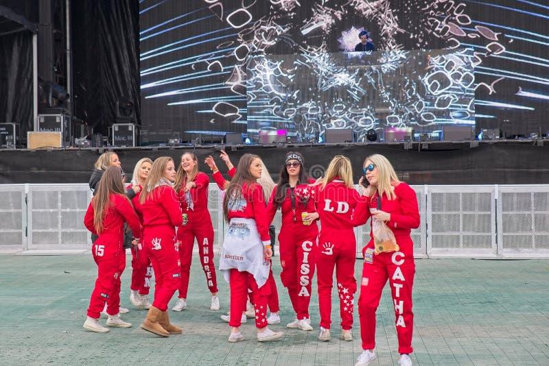 Russ vermelho pronto para o partido no castelo de Fredriksten em Halden Noruega fotos de stock