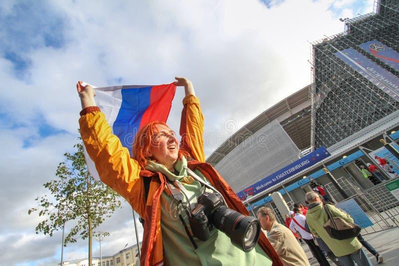 Russain-Fanmädchen mit Russland-Flagge nahe Stadion Arena lizenzfreies stockbild