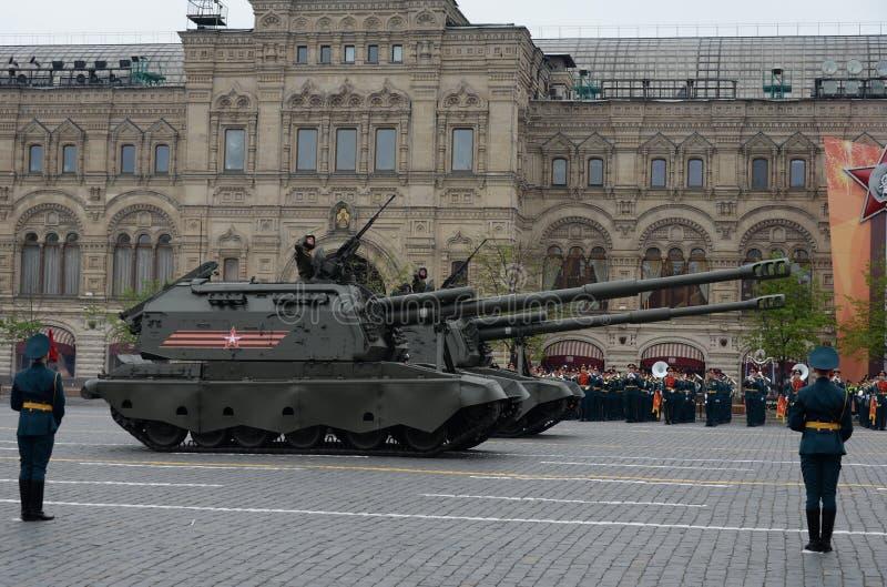 Russe 152 millimètres d'obusier de ` de ` autopropulsé autopropulsé de Msta-S à la répétition de Victory Parade images stock