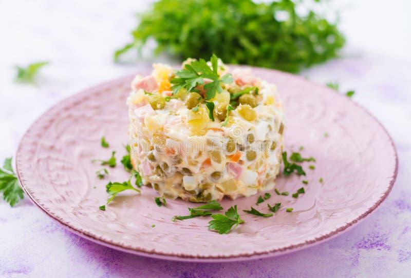 ` Russe traditionnel d'Olivier de ` de salade photos stock