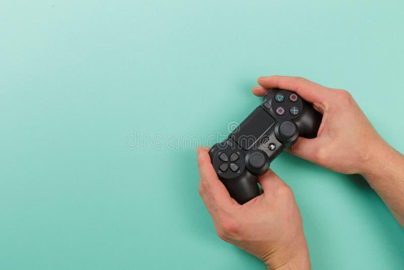 Russia, 24 OTTOBRE 2019: Mani maschili con controller PS4, console Sony PlayStation 4 immagini stock libere da diritti