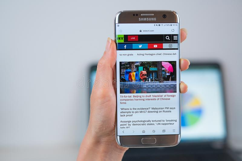 Russia Today-Website ge?ffnet auf dem Mobile lizenzfreies stockbild