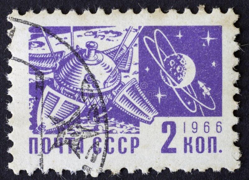 RUSSIA/USSR - CIRCA 1966: un bollo di tema della posta dello spazio 2 di kopek, Mosca 1966 fotografia stock