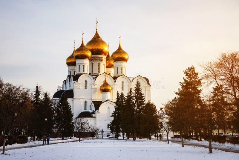 russia yaroslavl Antagandedomkyrkan i vinter arkivbild