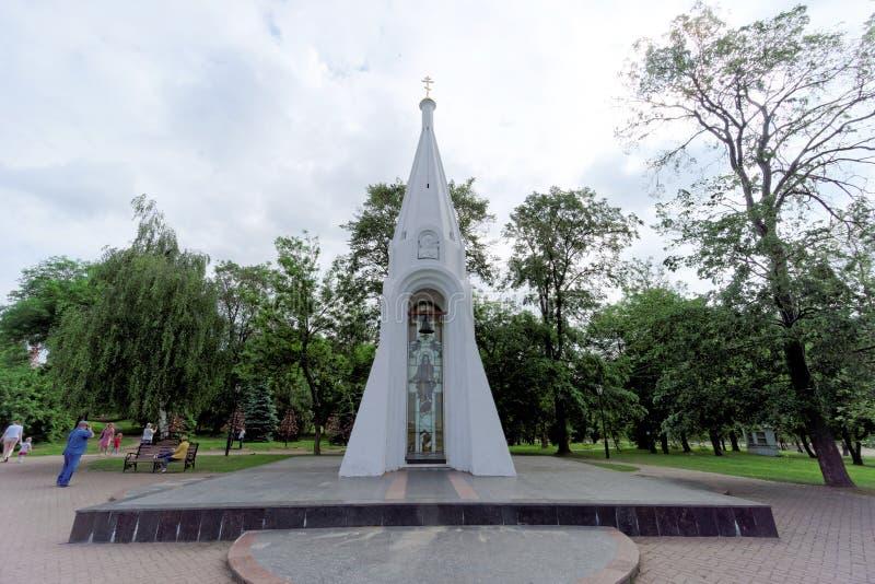 russia yaroslavl - Juni 3 2016 Kapell av vår dam av Kazan i Yaroslavl, runt om omgestaltningkloster arkivbilder