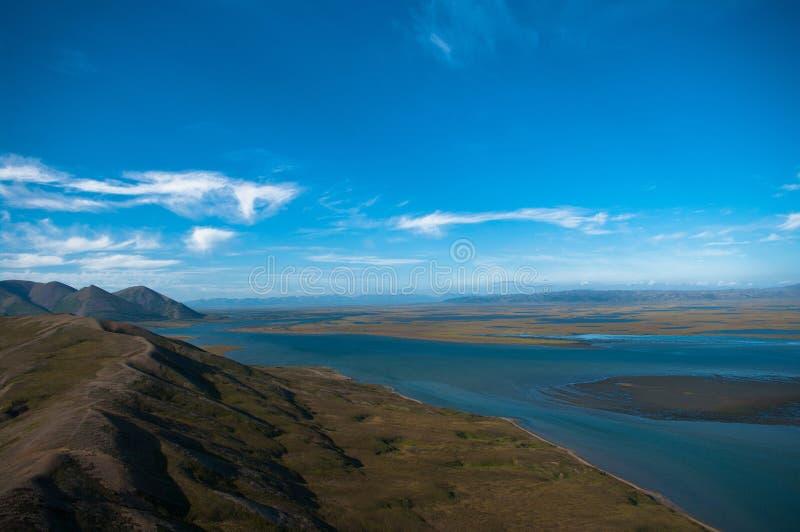 Russie Chukotka La côte de la mer de Béring Silhouette d'homme se recroquevillant d'affaires photo stock