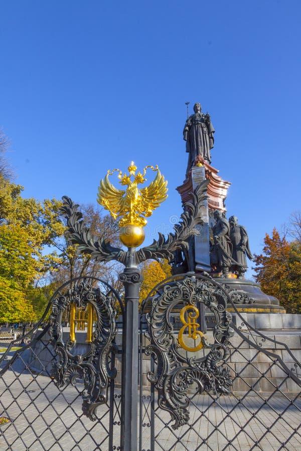 Russie, Krasnodar, monument à Catherine II, Armoiries dorées de l'aigle à deux têtes de Russie, 2018 images stock