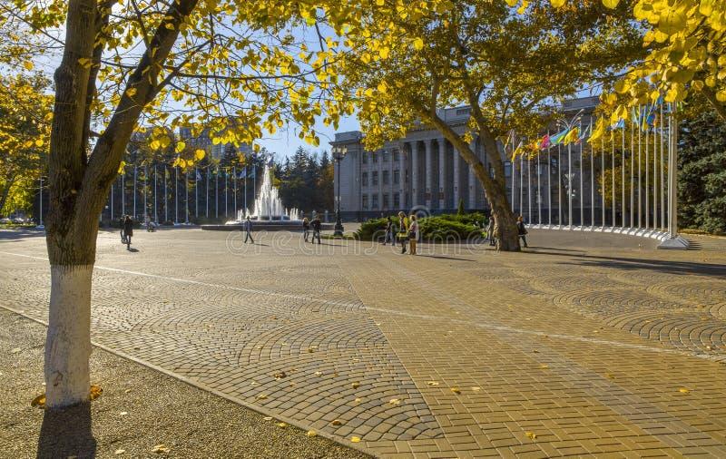 Russie, Krasnodar, rue Krasnaya, Bâtiment de l'Assemblée législative de la région de Krasnodar, paysage urbain d'automne images libres de droits