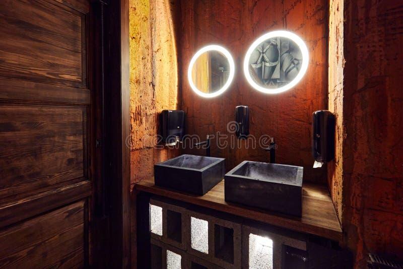 Russie, Moscou, 02 01 2020, Luxueuse salle de bains minimaliste avec lavabos en pierre photo libre de droits