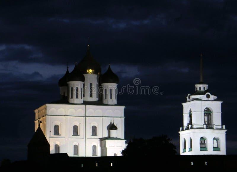 Russie Pskov 2013, le 8 août Vue de nuit de Pskov Kremlin contre le ciel nuageux foncé photos stock